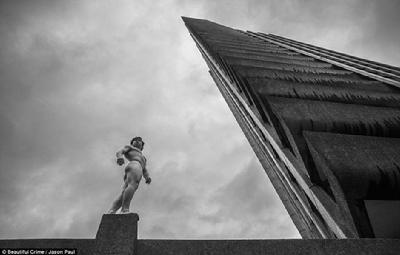 英国伦敦裸跑_跑酷爱好者伦敦街头裸奔 地标建筑成背景