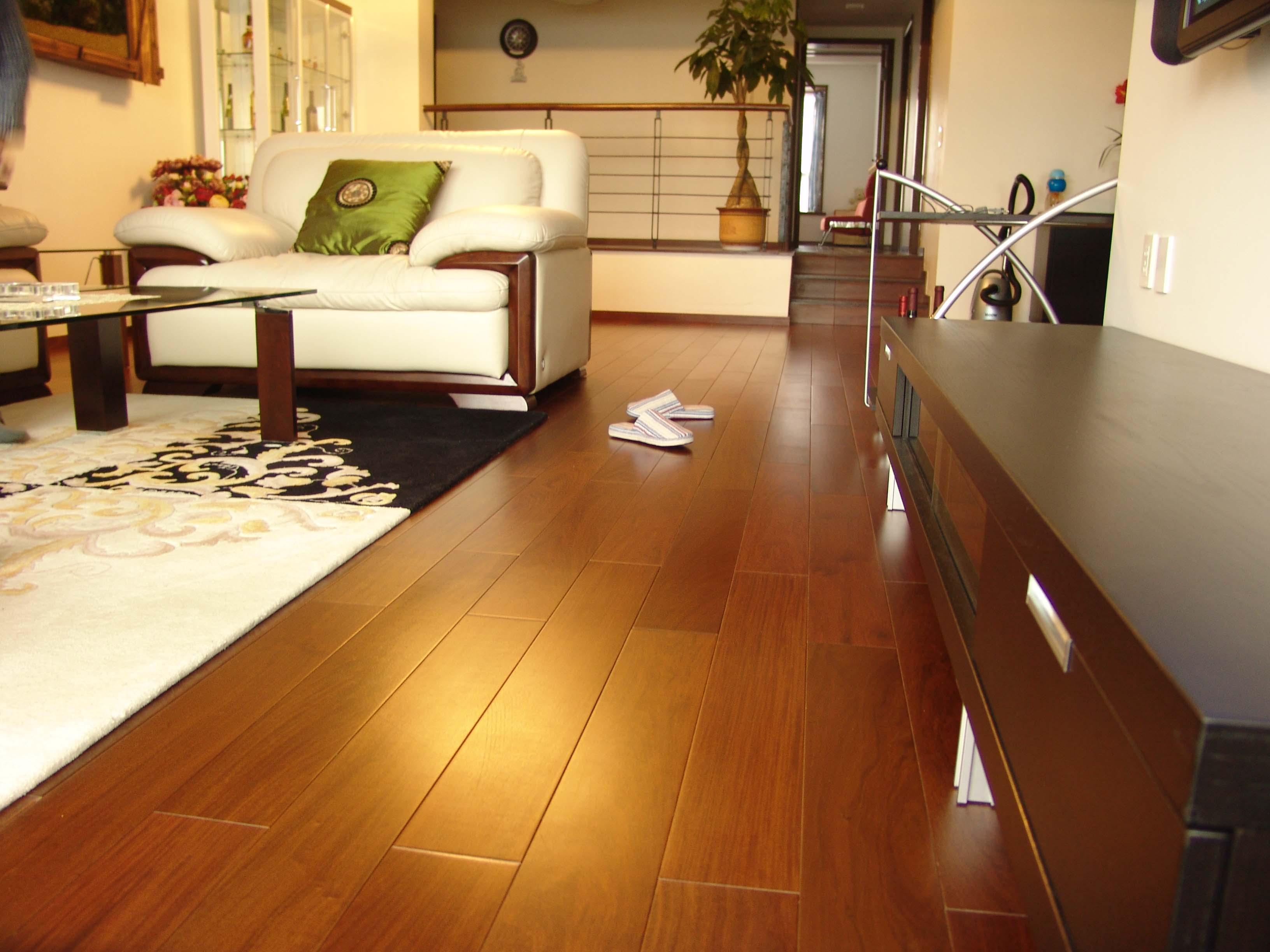 1、保持实木复合地板干燥、清洁,不允许用滴水的拖把拖地板或用碱水、肥皂水擦地,以免破坏油漆表面的光泽;若家中空气干燥,拖布可湿一些或在暖气上放一盆水或用加湿器增湿。实木复合地板尽量避免阳光暴晒,以免表面油漆长期在紫外线的照射下提前老化、开裂。
