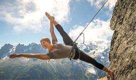 女舞蹈家悬崖峭壁上秀舞姿